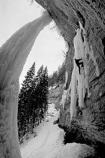 [Thang_VPano.jpg] Jason on the Thang right after I led it. The Fang is the big column dropping on the left. 3 horizontal B&W 20mm shots taken on top of each others while belaying him.