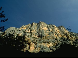 [Escales.jpg] The Escalès is the main cliff of the Verdon. The two longest and best routes of the Verdon are visible here: the Demande as the long crack on the left, and the Ula on the right.