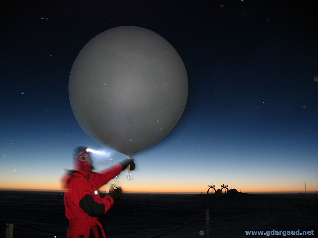 [20050405_09_Balloon.jpg] Launch of a weather balloon, Antarctica.