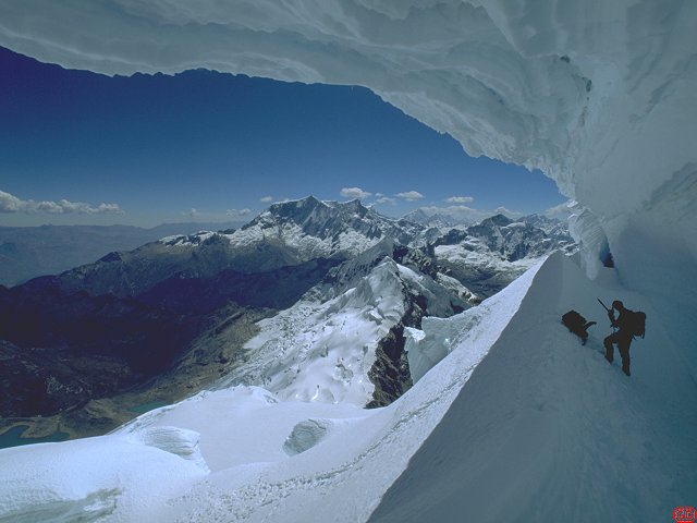 [ToclaSerac.jpg] Going down underneath the seracs on the normal route of Toclaraju (6035m).